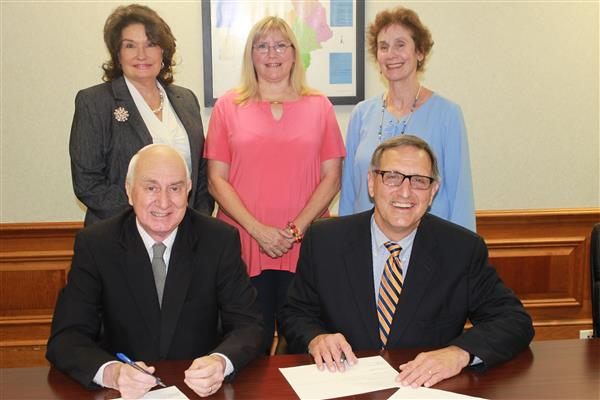 The Fine Arts Center and the Kershaw County School District sign an agreement for the school year.